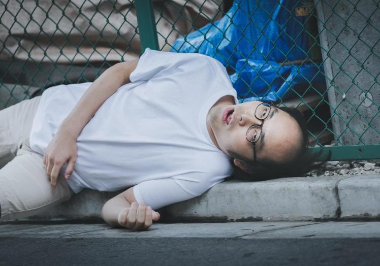 道路で寝るハゲ